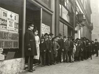 Lidé v San Franciscu čekají ve frontě na roušky.