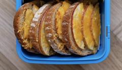 Zapečený chléb s máslem, čedarem a plátky jablek. Jak má vypadat zdravá svačina pro školáka?