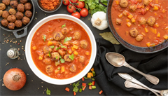 Španělská zeleninová polévka s masovými kuličkami. Jak na ni?