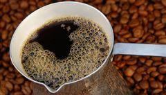 Cena kávy arabica zažila nejvyšší týdenní propad za 22 let, na trhu je jí nadbytek