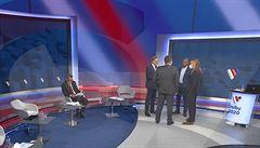 Po vypnutí kamer si šéfové stran hned sundali roušky. Na internet unikly fotky z televizní debaty