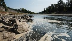 Policie už oznámila, kudy se dostal kyanid do řeky Bečvy. Na kanál je ale napojeno mnoho společností