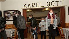 V Újezdu otevřeli muzeum Karla Gotta, nechybí dres či dobové fotky. V obci mají hrob zpěvákovi rodiče