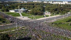 Policie v Minsku zatýkala už před demonstrací, v ulicích i tak byly desítky tisíc lidí