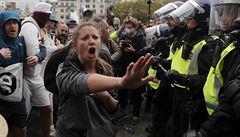 VIDEO: Policie v Londýně rozehnala odpůrce omezení proti covidu. Dav byl příliš hustý, lidé neměli roušky