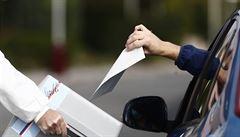 Volební drive-iny se na podzim vrací, ale už bez vojáků. Od dvojitého hlasování má odradit pokuta