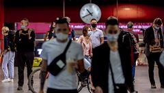 Lidí bojkotujících nošení roušek přibývá, strážníci jsou na ně krátcí. Místo pokut policie pouze domlouvá