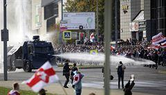 V Minsku proti Lukašenkovi demonstrovaly desetitisíce lidí, policie je rozháněla vodními děly