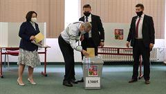 Zeman odevzdal svůj hlas u voleb do Senátu. Po delší době se ukázal na veřejnosti