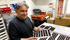 Děčínské pralinky. Šedá vrstva na čokoládě nevadí, kvalitě neublíží, vysvětluje majitel čokoládovny