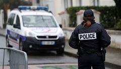 Útočník ve Francii pobodal policistku. Zemřel při zatýkání, žena je nyní v nemocnici
