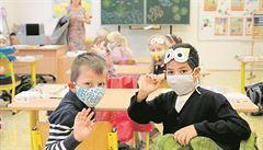Návrat do škol může být riziko, varují odborníci. Děti mají mírnější příznaky, virus ale mohou roznášet dál