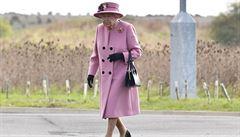Královna Alžběta II. se poprvé od března zúčastnila větší veřejné akce, navštívila výzkumné středisko