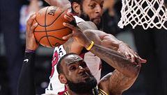 Miami odvrátilo první mečbol, Lakers nepomohlo 40 bodů Jamese