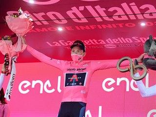 Brit Tao Geoghegan Hart slaví celkové vítězství na Giru.