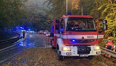 Smrtelná nehoda zavřela hlavní tah ze Zlína na Vsetín. Auto čelně narazilo do stromu a začalo hořet