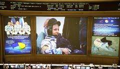 V kazašské stepi po půl roce na ISS přistáli tři kosmonauti z USA a Ruska. Záchranáři prošli testy na covid