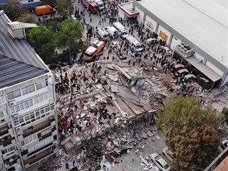 Zničené budovy v Izmiru. Dle turecké strany šlo o sílu 6,6 stupně, americké...