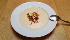 Květáková polévka s cibulkou a mandlemi. Jak na ni?