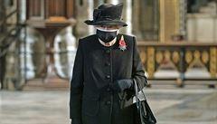 Britská královna se poprvé objevila na veřejnosti s rouškou, uctila památku neznámého vojína z první světové války