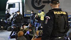 Celníci na D2 zadrželi turecký kamion se 48 uprchlíky. Rozpoznal je rentgen