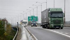 Dálnici D1 blokovala směrem na Prahu nehoda nákladního vozu, který najel do svodidel