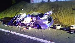 BMW na D8 narazilo do mostu, zemřel řidič i spolujezdec. Dálnice na Ústí byla sedm hodin uzavřená