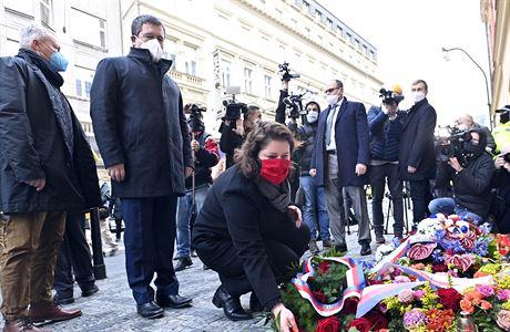 Politici a další lidé zapalují svíčky na Národní třídě. Dorazil i Babiš, odpůrci vlády pískali na Hamáčka