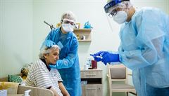Do nedělního večera hygienici potvrdili 895 případů koronaviru. Klesají ale i počty testů
