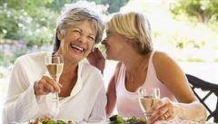 Mírné pití alkoholu ve stáří prý snižuje hrozbu demence
