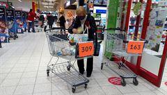 Obchody regulují počet nakupujících košíky, jeden do páru nestačí. Naprostý nesmysl, rozčilují se zákazníci