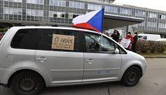 Desítky lidí v autech demonstrovaly před Českou televizí. Někteří radní prý účelově šikanují její vedení