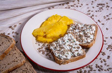 VAŘENÍM PROTI COVIDU: Zdravá svačina s vitaminem B. Chleba s žervé a slunečnicovými semínky