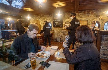 Praha zahájí řízení s restaurací i klubem, kde se nedodržovaly covidové restrikce. Hrozí jim vysoké pokuty