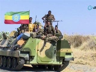 Etiopská armáda sedí na obrněném transportéru. Snímek byl pořízen z videa,...
