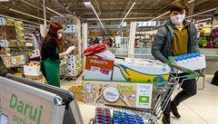 Evropané letos dávají přednost lokálním obchodům a dobročinnosti. Chtějí pomoci druhým