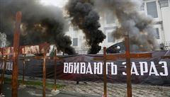 Ukrajina si připomněla oběti hladomoru. Nacionalisté postavili u ruského velvyslanectví desítky křížů