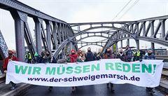 V Berlíně opět protestovali odpůrci restrikcí a očkování. Další lidé jejich pochod rušili bušením do hrnců