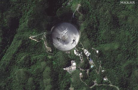 Obří radioteleskop portorické observatoře se rozpadl. Přes půl století hrál zásadní roli ve vesmírném výzkumu