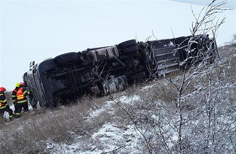 D1 u Brna byla uzavřena kvůli nehodě kamionu. Dopravu v kraji komplikuje sníh, staly se desítky nehod