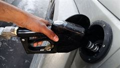 Pohonné hmoty v Česku znovu zlevnily, pokles cen ale zpomalil. Benzín stojí v průměru 33 korun
