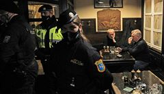 Řada hospod na protest vyvěsila české vlajky a fungovala i po 20. hodině, zasahovala policie