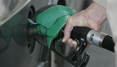 Ceny benzinu a nafty klesají. Pohonné hmoty jsou v Česku nejlevnější za šest let