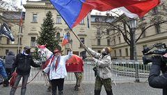 Desítky podnikatelů vyšly v Praze protestovat proti vládě. Viní ji z neschopnosti řešit krizi