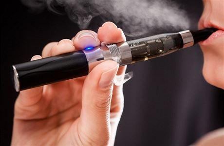 E-cigarety JUUL na českém trhu končí. S novinkou to naopak zkouší tabákový lídr Philip Morris