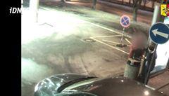 VIDEO: Muž přepadl v Holešovicích pejskaře, pak se ale rozplakal a sám se přihlásil policii