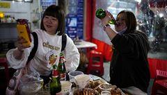 Rok po začátku pandemie jsou trhy v čínském Wu-chanu plné lidí. Nakupují živé ryby, žáby i želvy