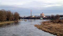 Do Vltavy v pražské Troji unikla zřejmě ropná látka. Na místě zasahovali hasiči, došlo k zastavení lodní plavby