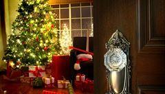 Velitelství USA čeká i letos vánoční služba. Odpovídají na telefonáty zvědavých dětí, kdy k nim dorazí vánoční nadílka