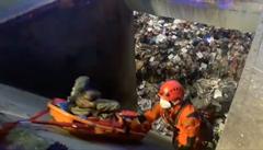 VIDEO: Bezdomovce s odpadky vysypal do hluboké šachty popelářský vůz, muž utrpěl pouze drobná zranění